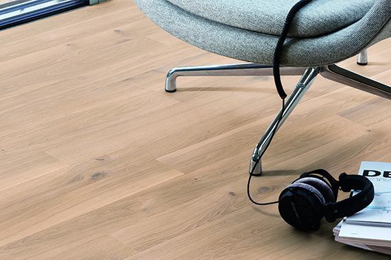 BOEN Boden aus Eiche mit Stuhl und Kopfhörern als Dekoration